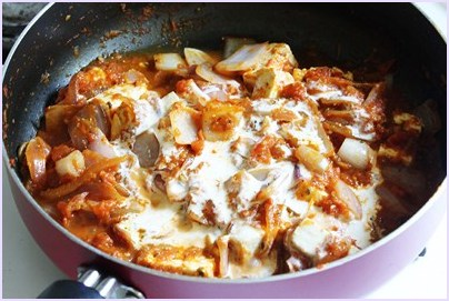 adding cream to paneer do pyaza gravy