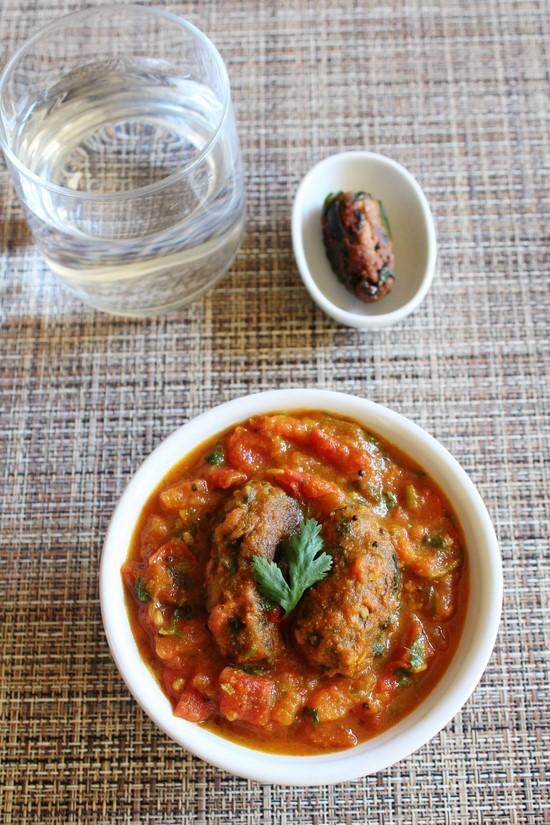 Tameta Muthia Nu Shaak Recipe | Gujarati Tomato muthia curry recipe