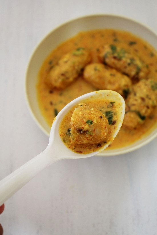 Bhaat na rasawala muthia recipe | Gujarati rasiya muthia recipe