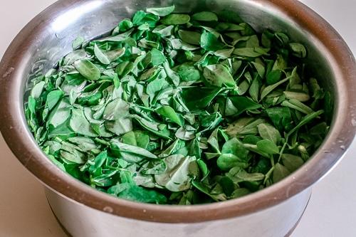 washing methi leaves